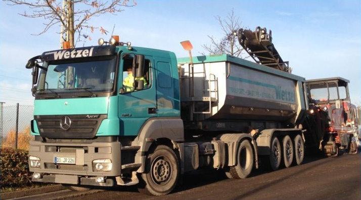 Fahrzeug der Wetzel Transporte GmbH Dortmund beim Straßenbau